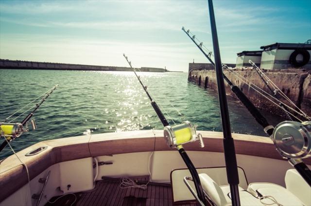 広島の遊漁船の料金や釣り情報について。広島で遊漁船をお探しの際は、【倖矢丸】をどうぞご利用ください。料金は8000円、9000円、10000円と出港するエリアによって違います。中学生以下のお子様は半額でご利用いただけます。明神港近辺の海ではアジやメバル、マダイなど、様々な魚釣りが楽しめます。遊漁船で釣りを楽しむイメージ画像